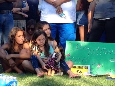 Niñas acuden a apoyar a los menores inmigrantes detenidos. Foto: © Bertha Rodríguez