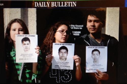 Estudiantes de varias universidades del sur de California se solidarizan con los desaparecidos de Ayotzinapa durante visita de Solalinde. Foto tomada del Daily Bulletin. Originales, aquí http://photos.dailybulletin.com/2015/02/photos-rev-alejandro-solalinde-speaks-in-pomona-wednesday/#3